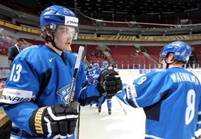 MALMO, SWEDEN - DECEMBER 27: Finland's Ville Leskinen #13 celebrates at the bench with Saku Maenalanen #8 after a first period goal against Norway during preliminary round action at the 2014 IIHF World Junior Championship. (Photo by Andre Ringuette/HHOF-IIHF Images)